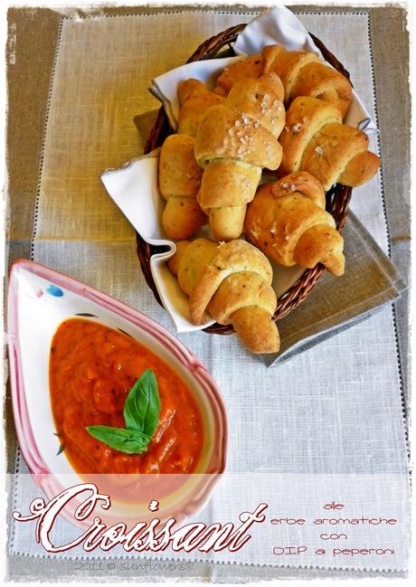 Croissant salati con erbe aromatiche e dip con peperoni