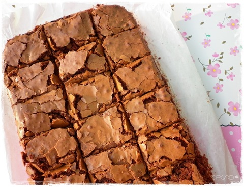 Brownies al cioccolato con amarene e noci, ricetta brownies al cioccolato con amarene e noci, chocolate brownies recipe with walnut and sour cherries