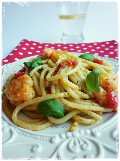Spaghetti al pesto, datterini e mazzancolle