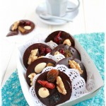 Mendiants al cioccolato fondente con frutta secca e morbida - Mendiants fondants with soft and dried fruit