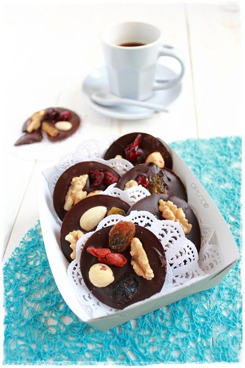 Mendiants, la ricetta dei famosi cioccolatini francesi con frutta secca e candita. I preferiti di Vianne Rocher nel film