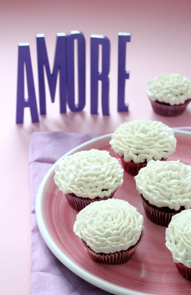 Cupcake al cacao con frosting alla vaniglia,