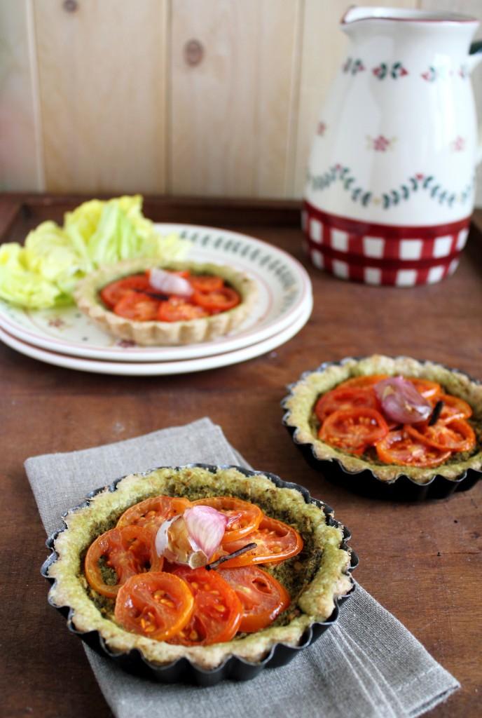 Mini torte salate integrali con pesto e pomodorini alla vaniglia, Savoury pies with pesto sauce and vanilla-flavoured cherry tomatoes