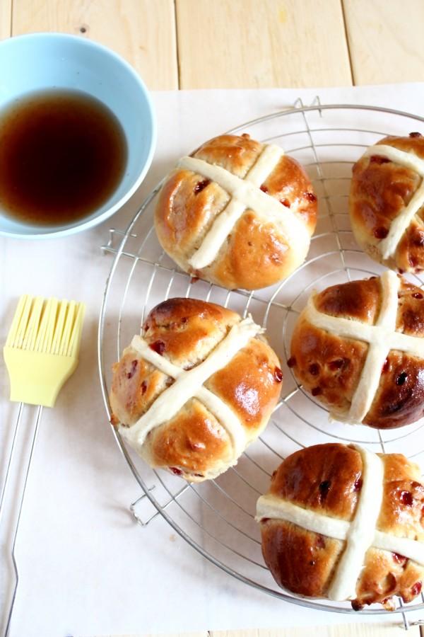 Panini con frutti di bosco e cioccolato bianco_hot cross buns_ricette per Pasqua