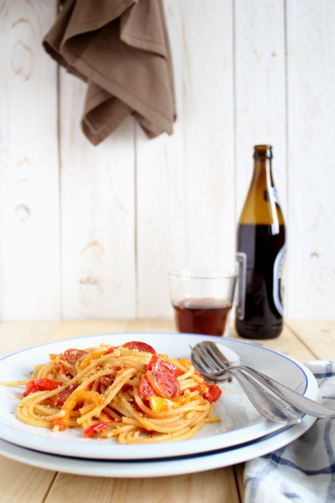 Spaghetti e peperoni, salame piccante e briciole tostate