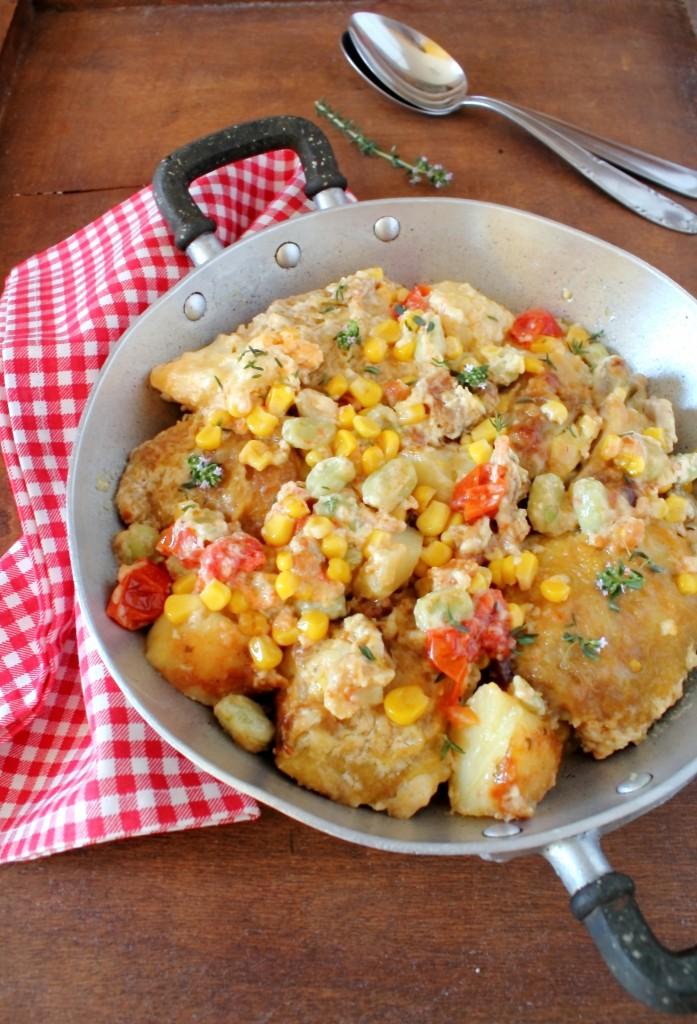 Pollo con fave patate e pomodori