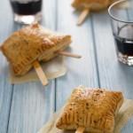 Fagottini di pasta sfoglia ripieni di Brie e marmellata di mirtilli - baked Brie bites