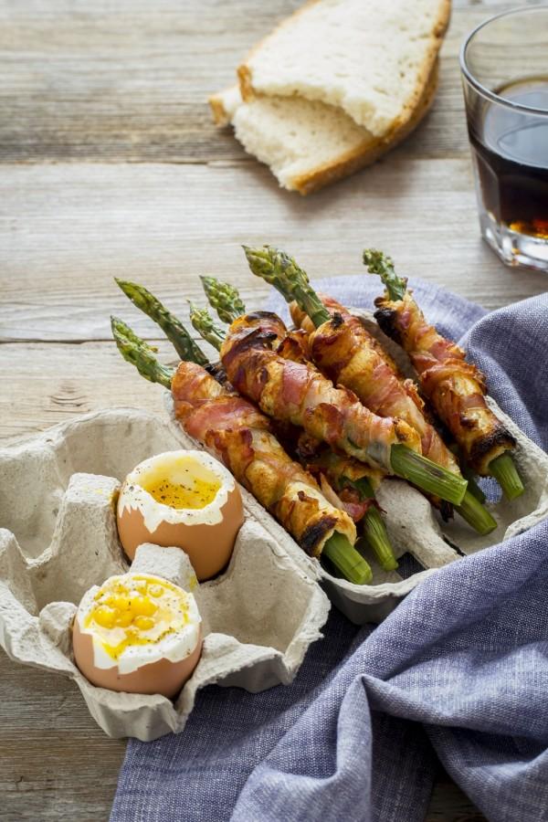 Asparagi con uova alla coque, asparagi e pancetta, soldatini di asparagi con uova alla coque, Asparagus soldiers with soft-boiled egg recipe, how to make soft-boiled eggs with asparagus soldiers