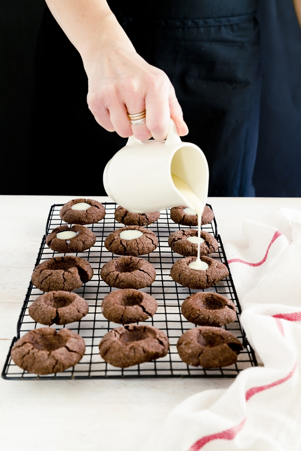 thumprint cookies ai due cioccolati - biscotti impronta - biscotti impronta al cioccolato - chocolate thumbprint cookies