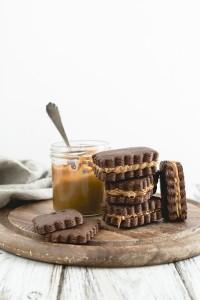 Biscotti al cacao e peperoncino con dulce de leche - Chocolate cookies with dulce de leche