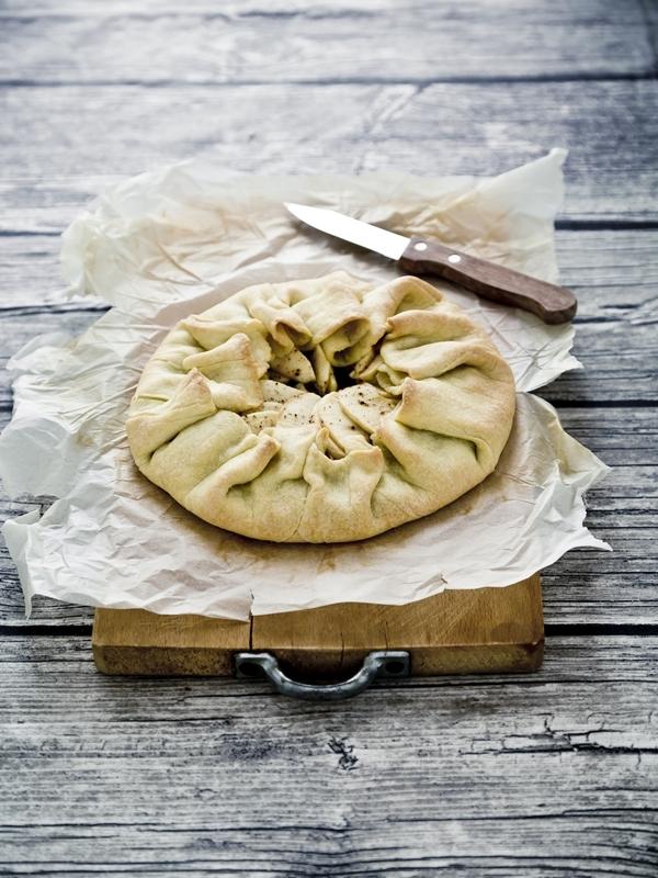 galette di mele e cipolle - crostata di mele e cipolle - onion and apple galette