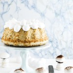 Angel cake, torta di albumi al pompelmo e semi di papavero con funghetti di meringa - Grapefruit and poppy seed angel cake with white frosting and meringue mushrooms