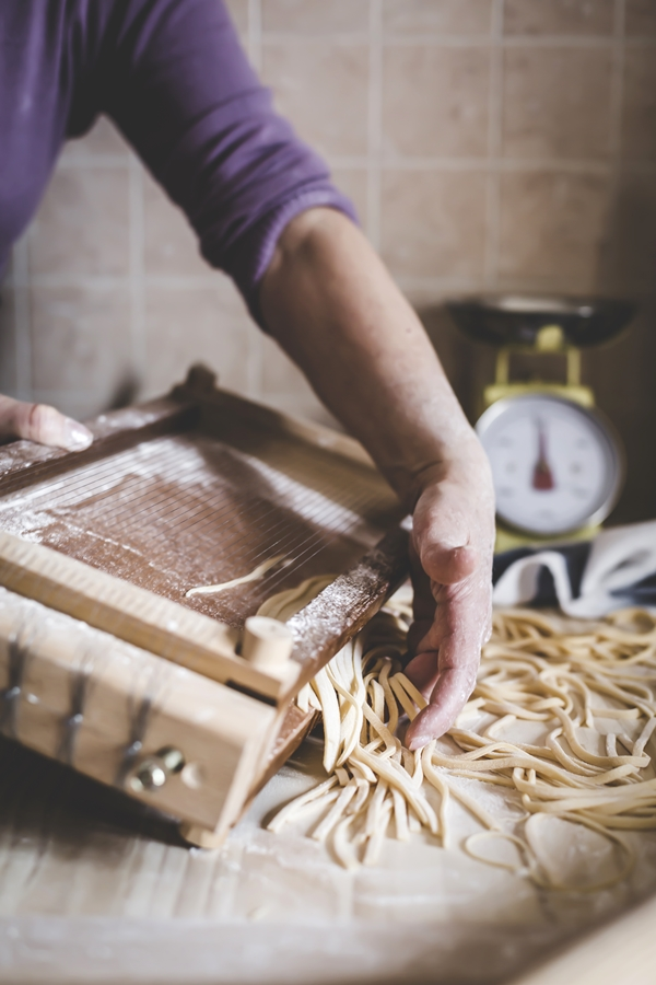 spaghetti alla chitarra - traditional italian home made pasta recipe