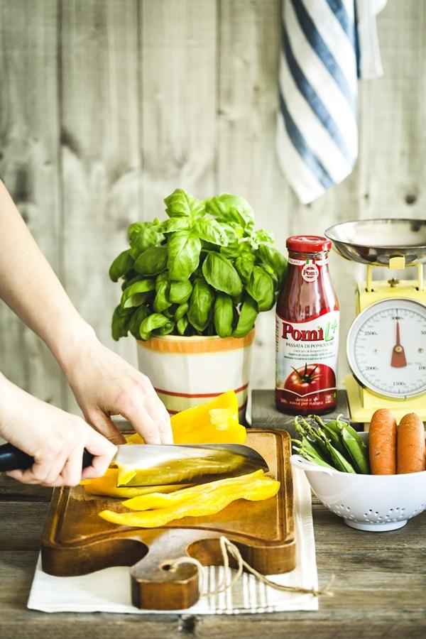 pasta fresca senza glutine - Farfalle di farina di ceci e semi di lino - homemade gluten free pasta recipe with Spring vegetable sauce