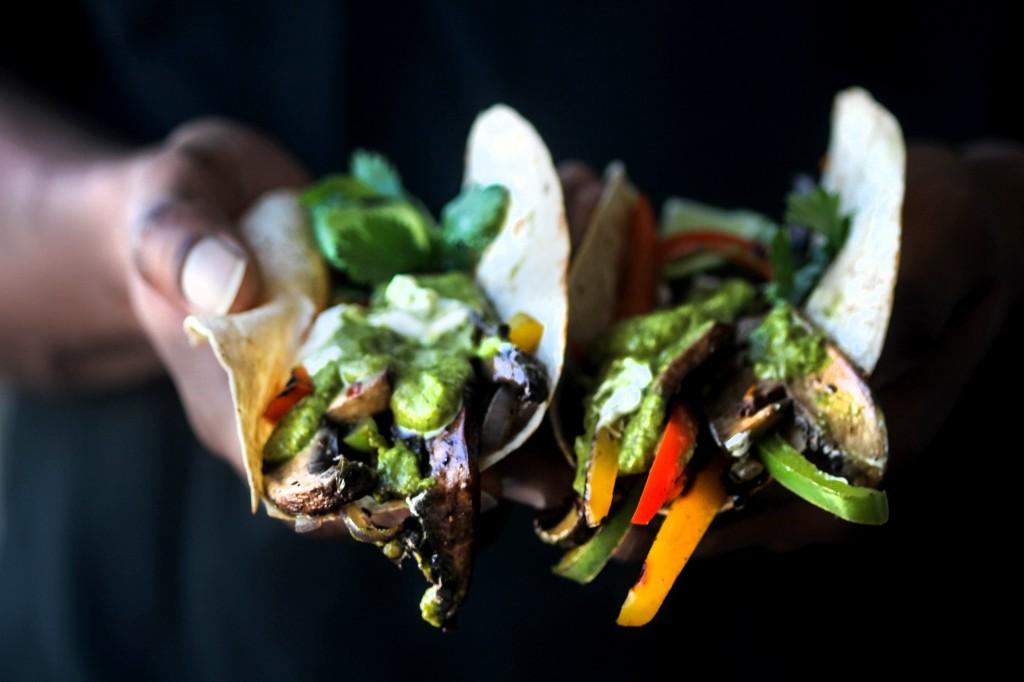 Portobello Fajitas with Jalapeno Chimichurri Sauce - Fajita con funghi portobello, peperoni e salsa chimichurri - GUEST POST - CHOCOLATE FOR BASIL BLOG - opsd blog