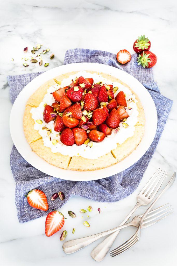 Crostata di fragole con shortbread all'arancia, Tart di fragole, Tart di shortbread alle fragole, Ricetta Crostata di fragole, Orange shortbread wedges with strawberry, Strawberry shortcake, Orange-flavored shortcake recipe, orange shortbread wedges with strawberry, petticoat tails, shortbread with strawberries, shortbread tart, shortbread wedges, strawberry tart