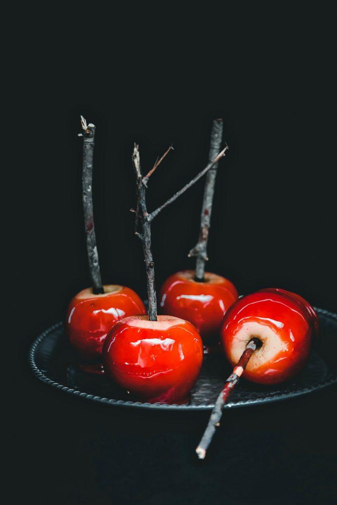 mele caramellate - mele stregate - mele stregate caramellate - candy apples - candied apples - red candied apples - toffee apples - red toffee apples - Halloween apples - halloween recipe