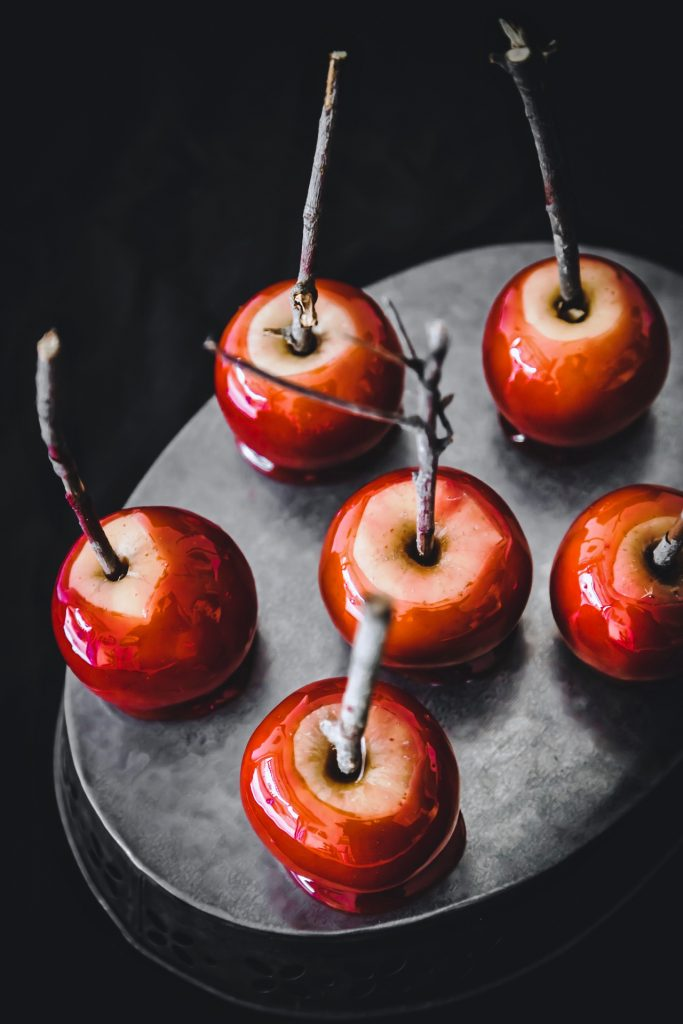 mele caramellate - mele stregate - mele stregate caramellate - candy apples - candied apples - red candied apples - toffee apples - red toffee apples - Halloween apples - halloween recipe