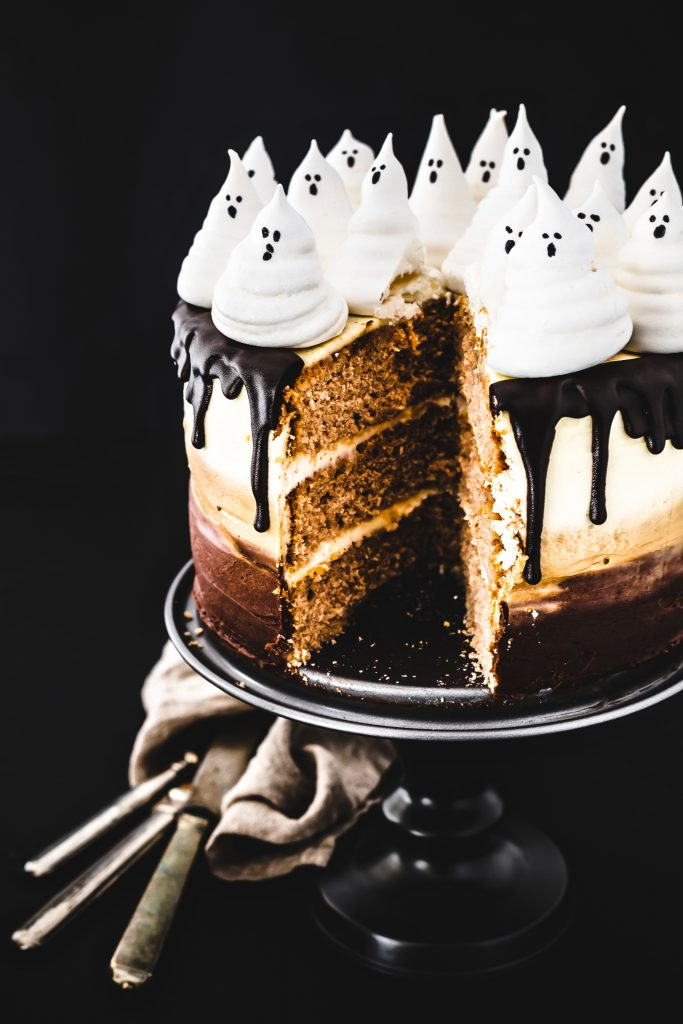 TORTA DI HALLOWEEN AL CIOCCOLATO - OMBRE SPOOKY CHOCOLATE CAKE - HALLOWEEN CAKE - CHOCOLATE CAKE - TORTA AL CIOCCOLATO - MERINGHE - MERINGHE DI HALLOWEEN - OPSD BLOG - HALLOWEEN RECIPE - RICETTE HALLOWEEN - FOOD PHOTOGRAPHY - FOOD STYLING