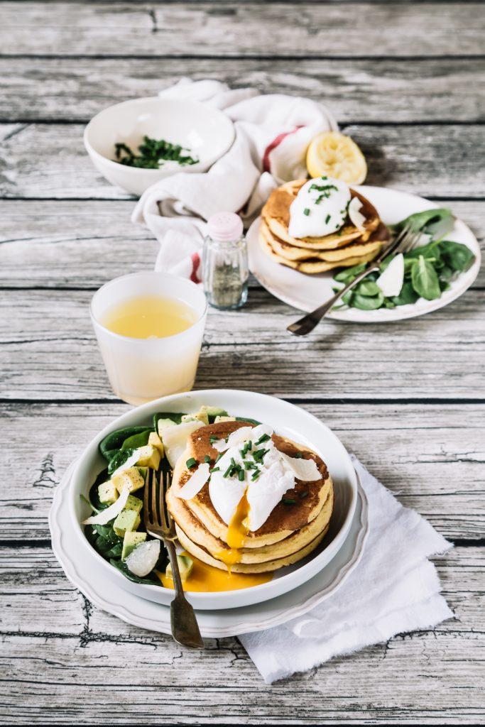 pancakes di farina di mais con uova in camicia, come fare i pancakes di farina di mais, ricetta pancakes con farina di mais, ricetta pancakes gluten free, ricetta uovo in camicia, come fare le uova in camicia, gluten free cornmeal pancakes, cornmeal pancakes with poached eggs, cornmeal pancakes recipe, how to make poached eggs