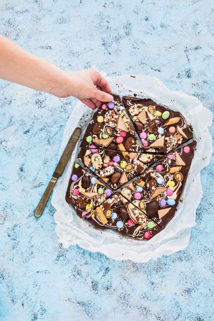 Chocolate Easter candy bars - Chocolate bars - Easter candy bark - how to make chocolate bars - tavoletta di cioccolato fatta in casa - golosa tavoletta di cioccolato - riciclare le uova di Pasqua - riciclare il cioccolato delle uova di pasqua - ricetta di pasqua - food photography - food styling - sonia monagheddu - opsd blog
