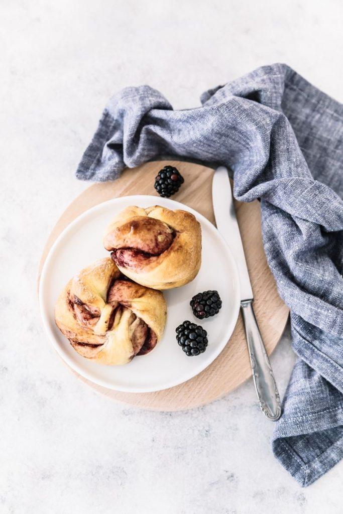 Panini dolci alla confettura di more, ricetta panini dolci con confettura, panini intrecciati alla confettura di more, Swirl buns filled with blackberry jam, sweet buns recipe