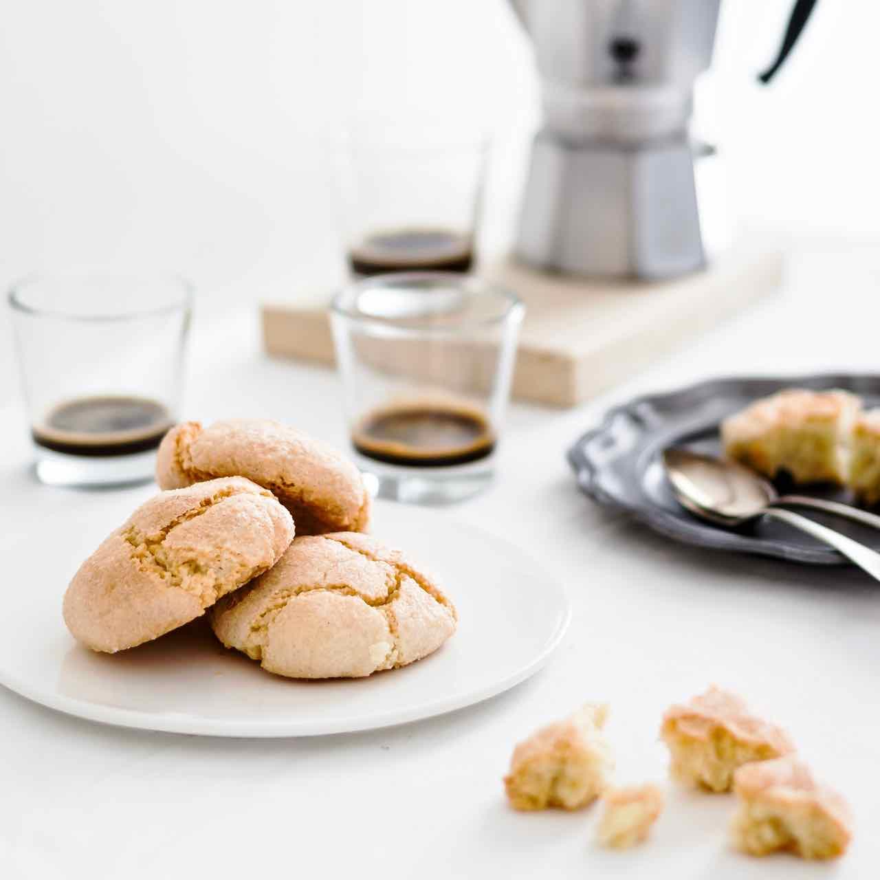 amaretti Sardi - come fare gli amaretti sardi - amaretti morbidi - ricetta amaretti - Italian recipe - Sardinian recipe - Soft almond Amaretti cookies - almond cookies - almond biscuits - gluten free recipe - food photography - opsd blog - sonia monagheddu