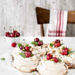 Pavlova - Pavlova recipe - Come fare la pavlova - Ricetta pavlova - Pavlova alle ciliegie - Pavlova con confettura di visciole e ciliegie - Pavlova con confettura di ciliegie - How to make Pavlova - Pavlova with fresh cherries and cherry jam - food photography - opsd blog - sonia monagheddu