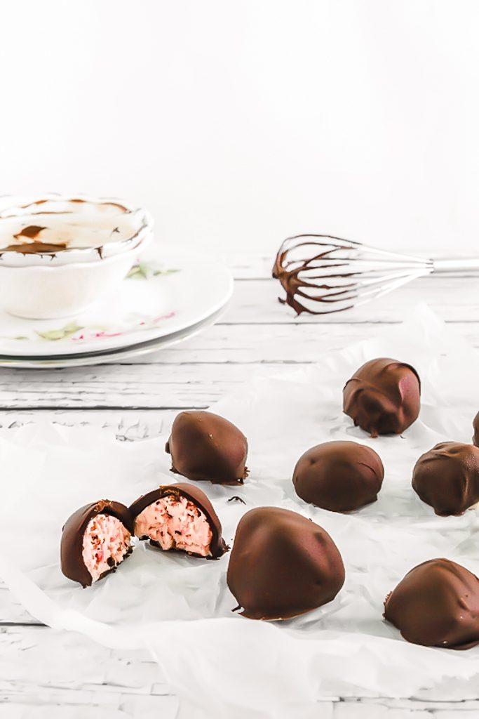 Tartufi al gelato di fragole ricoperti di cioccolato, ricetta tartufi gelato, Come fare i tartufi gelato, Chocolate Covered frozen strawberry truffles, Ice cream strawberry chocolate truffles