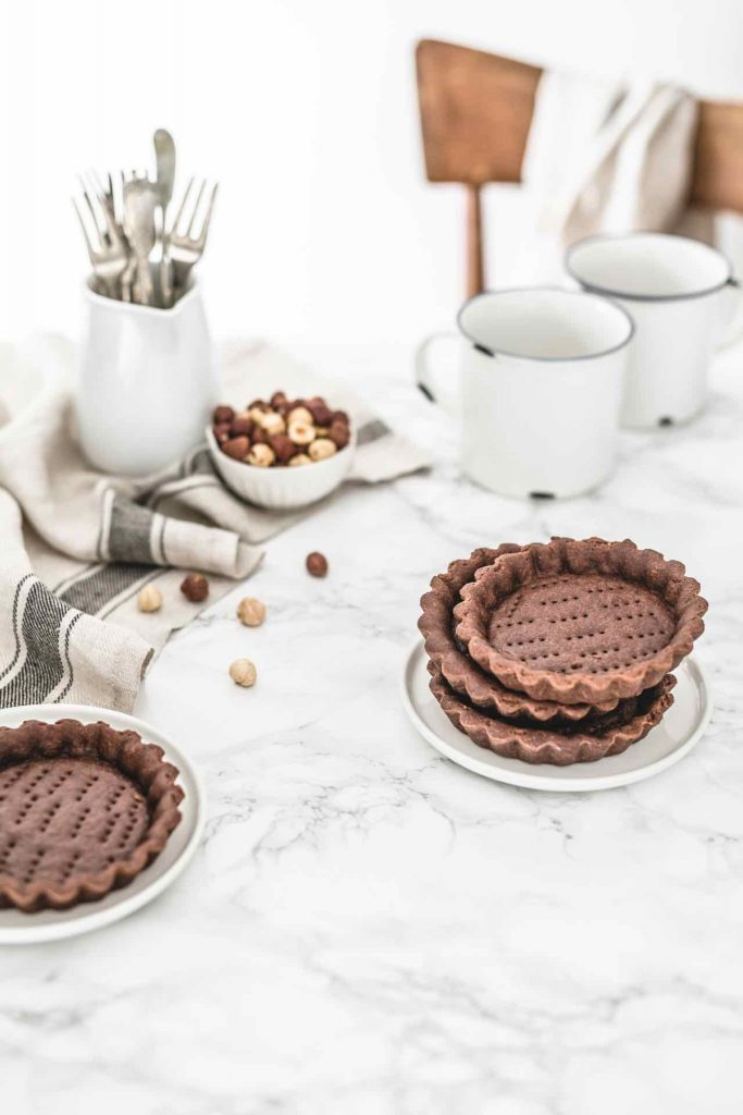 Crostata al cacao, Crostata all'olio evo, Crostata al cacao con frolla all'olio evo e mousse al cioccolato e nocciole, Ricetta crostata al cacao e olio extra vergine, Ricetta mousse al cioccolato e nocciole, Cocoa and extra virgin olive oil tartlets with chocolate hazelnut spread mousse, how to make chocolate hazelnut spread mousse, how to make olive oil tart, chocolate and hazelnut spread mousse recipe