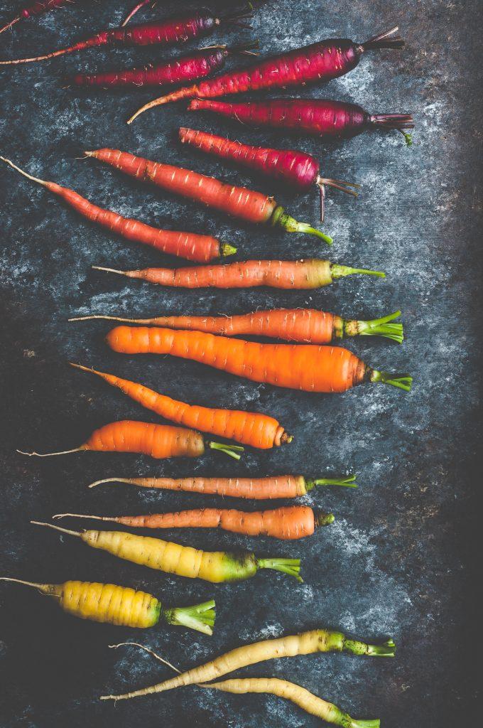 honey roasted carrots with harissa yogurt - honey roasted carrots - carote arrosto glassate al miele con salsa di yogurt all'Harissa