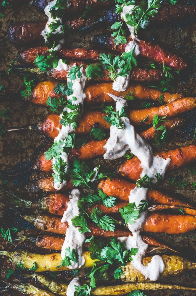 honey roasted carrots with harissa yogurt - carote arrosto glassate al miele con salsa di yogurt all'Harissa