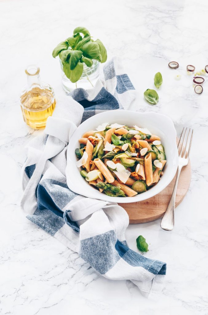 PENNE AL FARRO, LENTICCHIE E QUINOA CON ZUCCHINE, ASPARAGI E MIELE. Recipe is both in English and Italian. PASTA WITH ZUCCHINI, ASPARAGUS AND HONEY