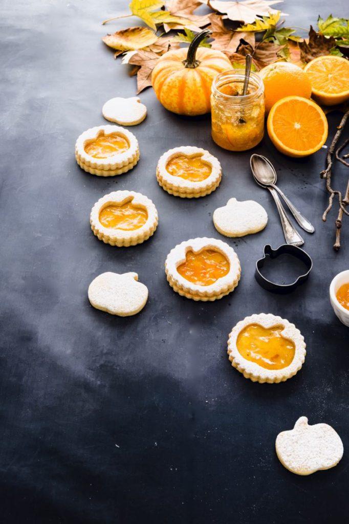 Biscotti di pasta frolla alla marmellata di arance - Biscotti a forma di zucca per Halloween - Halloween pumpkin cookies filled with orange marmalade