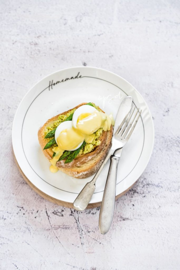 Avocado toast con uova asparagi e salsa olandese, Avocado toast with eggs asparagus and hollandaise sauce
