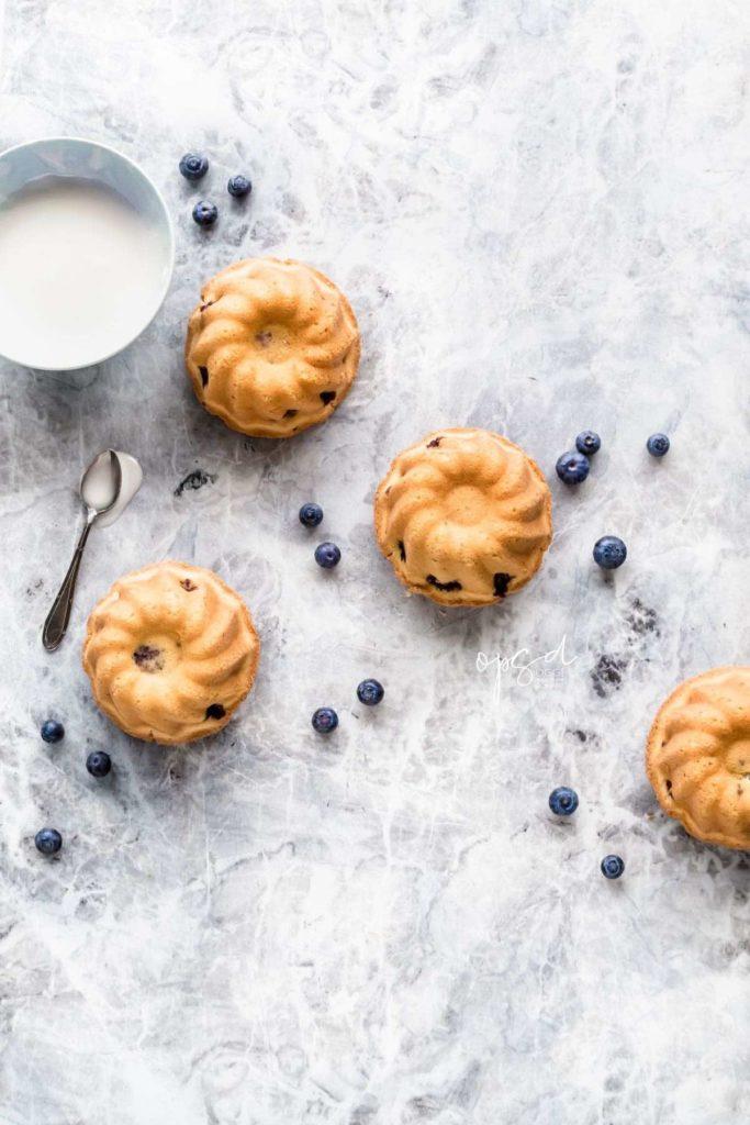 Mini bundt cakes ai mirtilli con glassa all'arancia, Blueberry mini bundt cakes with orange glaze topping